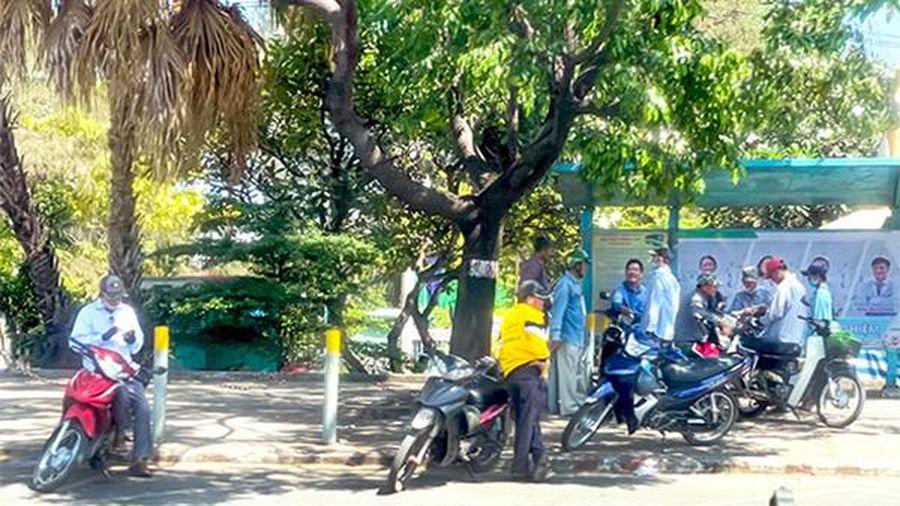 Trạm xe buýt bị 'chiếm dụng'