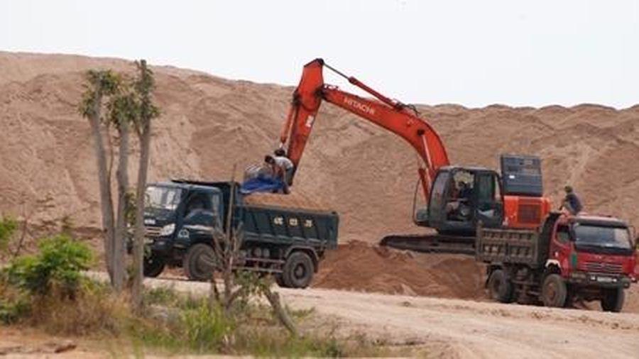 Bãi tập kết cát trái phép tồn tại gần 2 năm, chính quyền nói không biết