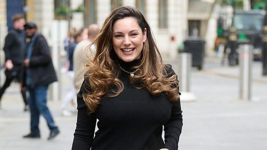 Kelly Brook rạng rỡ đến phòng làm việc ở London