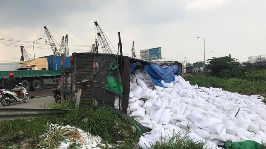 Người dân giúp tài xế gom hơn 50 tấn gạo bị đổ xuống ruộng