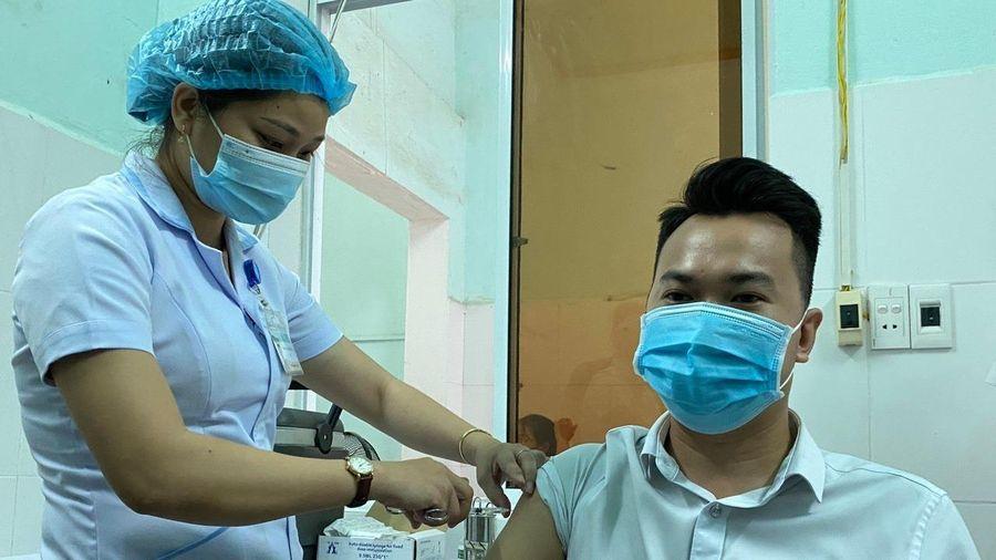 Quảng Nam tiêm 8.400 liều vaccine COVID-19 cho lực lượng tuyến đầu chống dịch