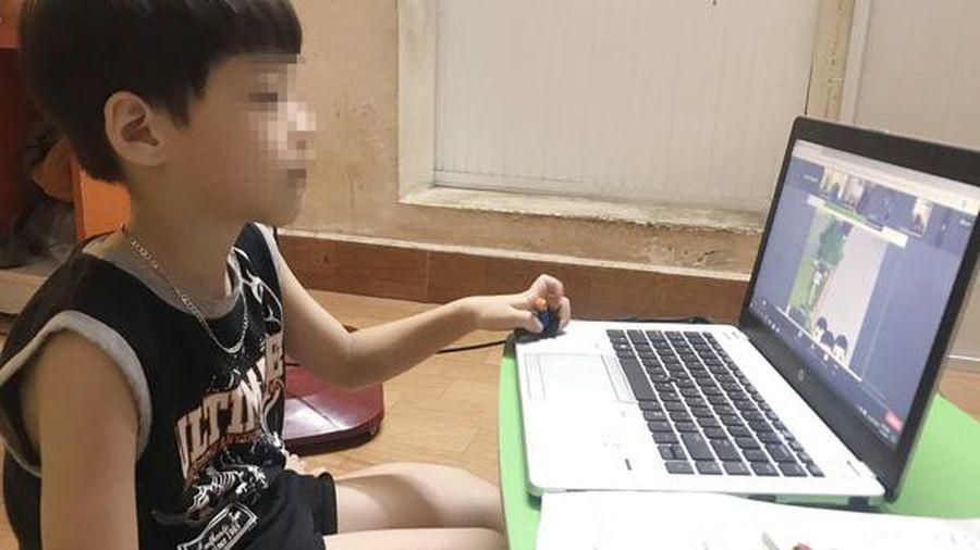 Mẹ ức chế khi loay hoay cả buổi cho con học online