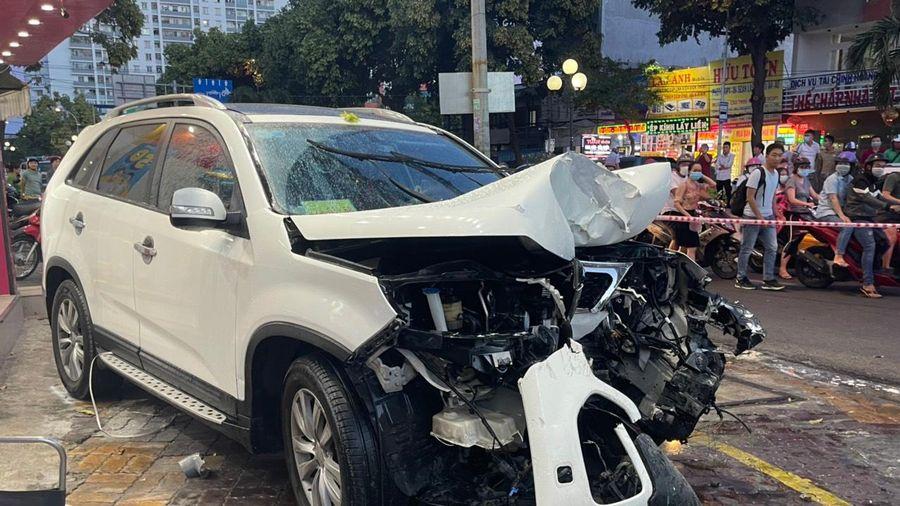 Đạp nhầm chân ga, xe ô tô gây tai nạn liên hoàn