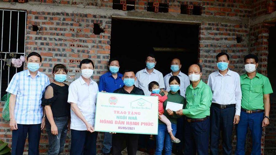 Hội Nông dân tỉnh trao 40 triệu đồng hỗ trợ hội viên nghèo ở Sơn Động xây nhà ở