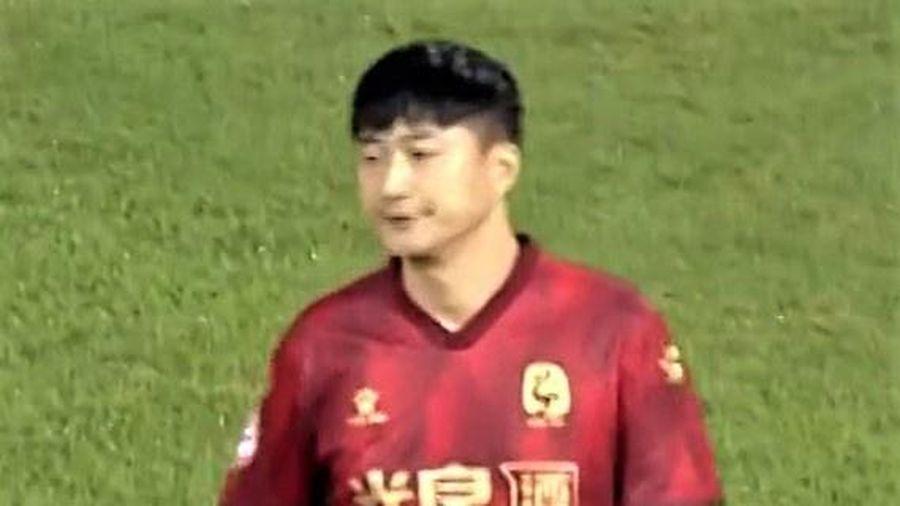 Ông chủ đội bóng Trung Quốc vào sân thi đấu