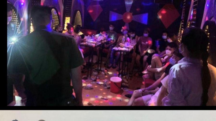 Hà Nội: Phát hiện 13 đối tượng 'bay lắc' bất chấp dịch trong quán karaoke ở Thạch Thất