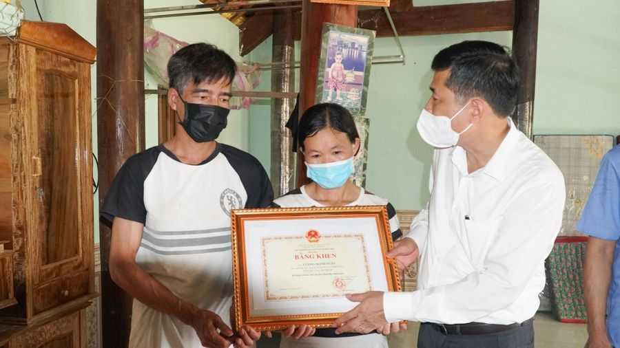 Truy tặng bằng khen của Bộ GD&ĐT cho học sinh Nghệ An quên mình cứu bạn