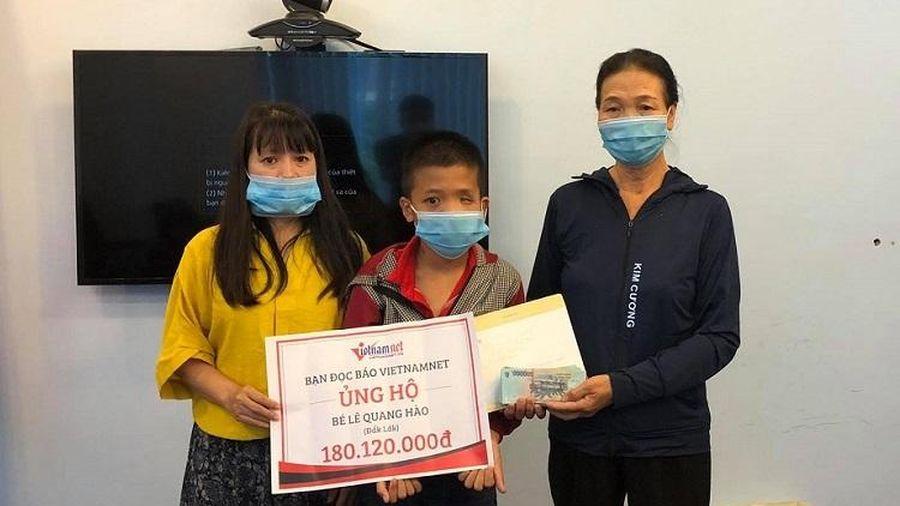 Trao hơn 180 triệu đồng đến em Lê Quang Hào mang khối u trên mặt