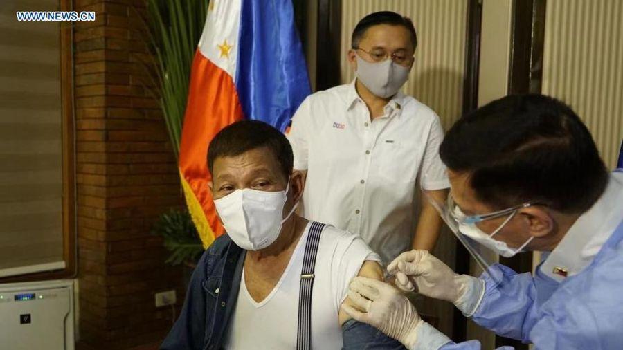 Tổng thống Philippines xin lỗi vì tiêm vaccine COVID-19 chưa cấp phép