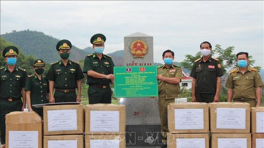 Trao tặng vật tư y tế hỗ trợ lực lượng vũ trang Lào phòng, chống dịch COVID-19