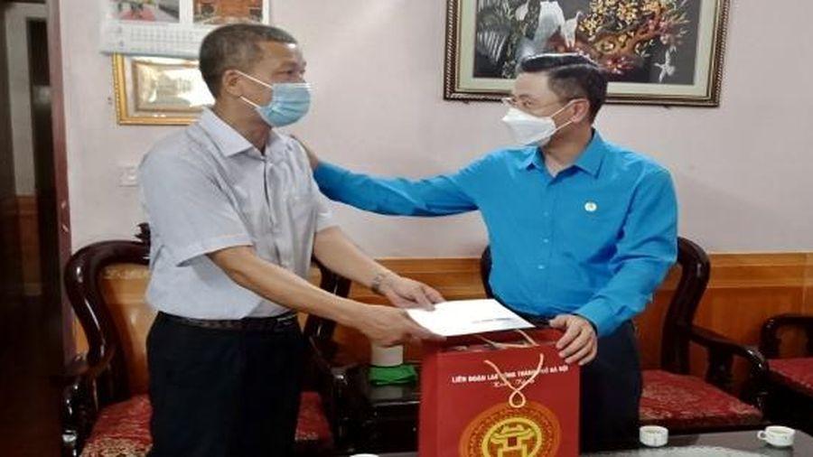 Chủ tịch Liên đoàn Lao động Thành phố Nguyễn Phi Thường thăm, động viên gia đình công nhân bị tai nạn lao động