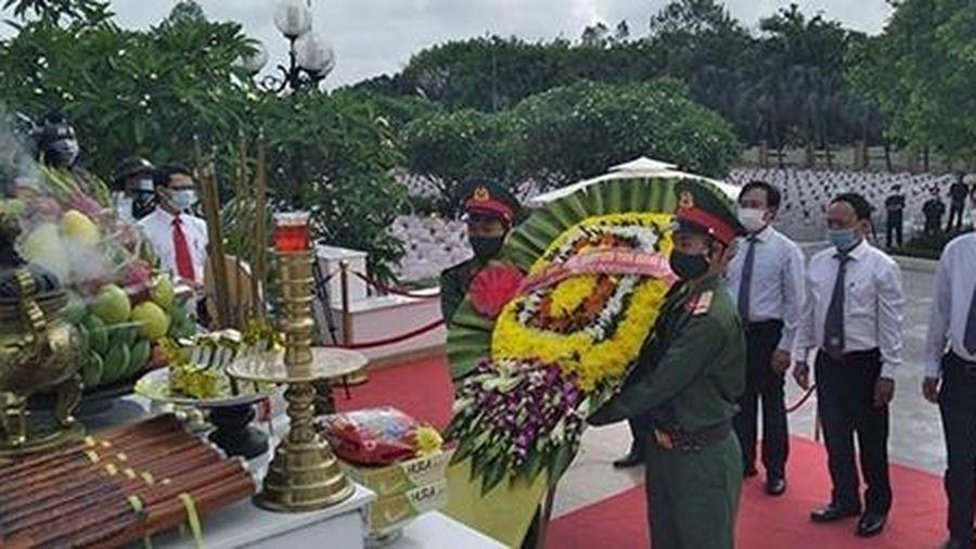 Truy điệu và an táng 16 hài cốt liệt sỹ hy sinh ở nước bạn Lào