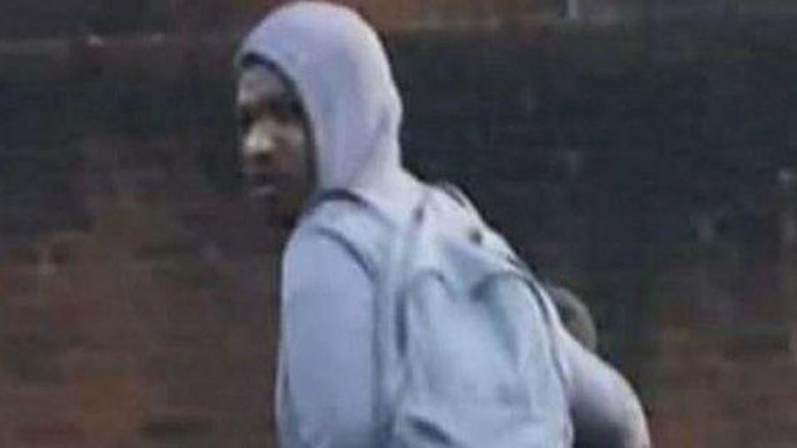 Thấy gã đàn ông đi cùng bé gái trên đường, người phụ nữ lập tức đuổi theo và gọi báo cảnh sát vì hành động nhỏ của gã
