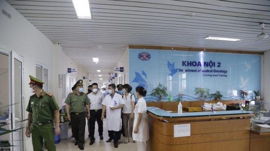 Bệnh viện K: 3 người nhà bệnh nhân không đeo khẩu trang bị xử phạt 2 triệu đồng/người