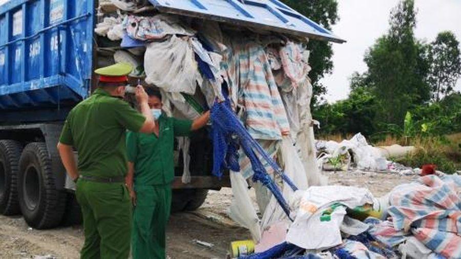 Mang cả xe tải lớn chở đầy rác đi đổ trộm