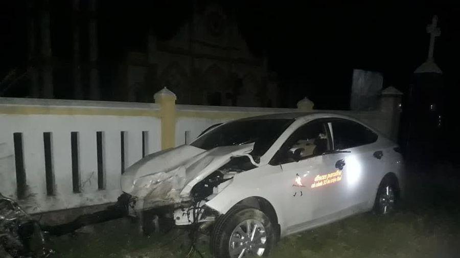 Ô tô mất lái tông vào tường khiến 4 người thương vong