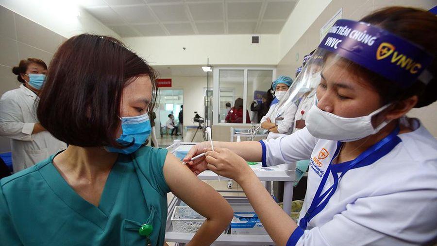 Hà Nội tiêm miễn phí vắc xin Covid-19 cho người dân từ 18-65 tuổi