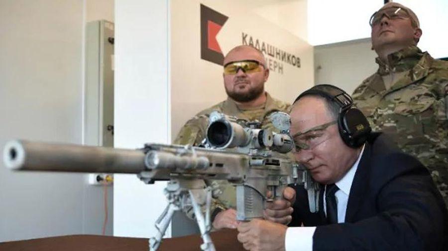 Tổng thống Putin khen vaccine COVID-19 của Nga đáng tin cậy như AK-47