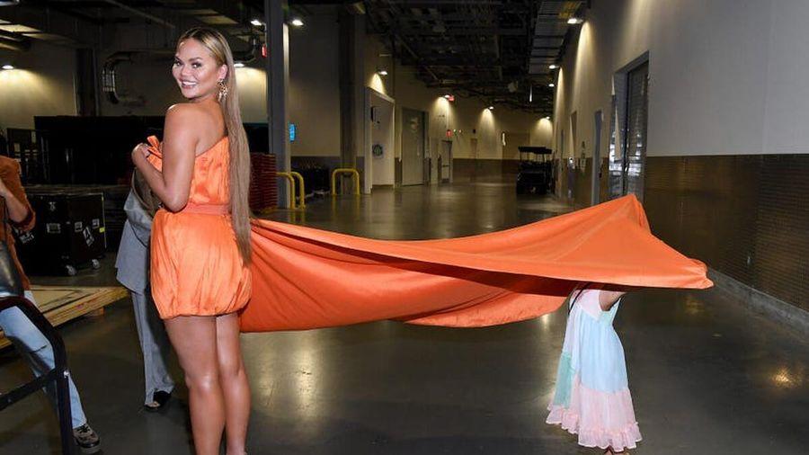Con gái của Chrissy Teigen trốn sau váy của mẹ để cùng lên thảm đỏ