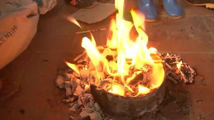Dùng xăng đốt rác người đàn ông bỏng nặng