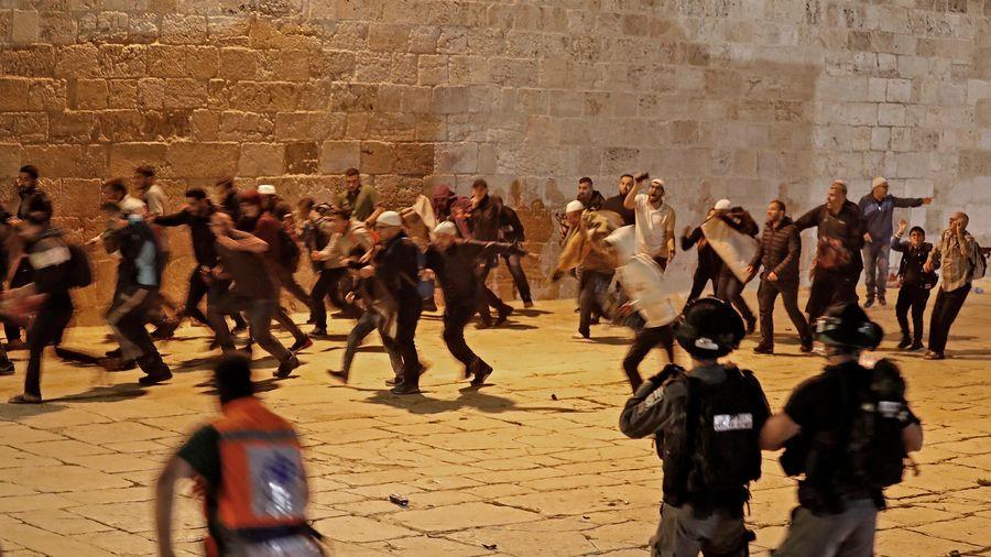 Cảnh sát Israel tấn công người Palestine trong nhà thờ Hồi giáo