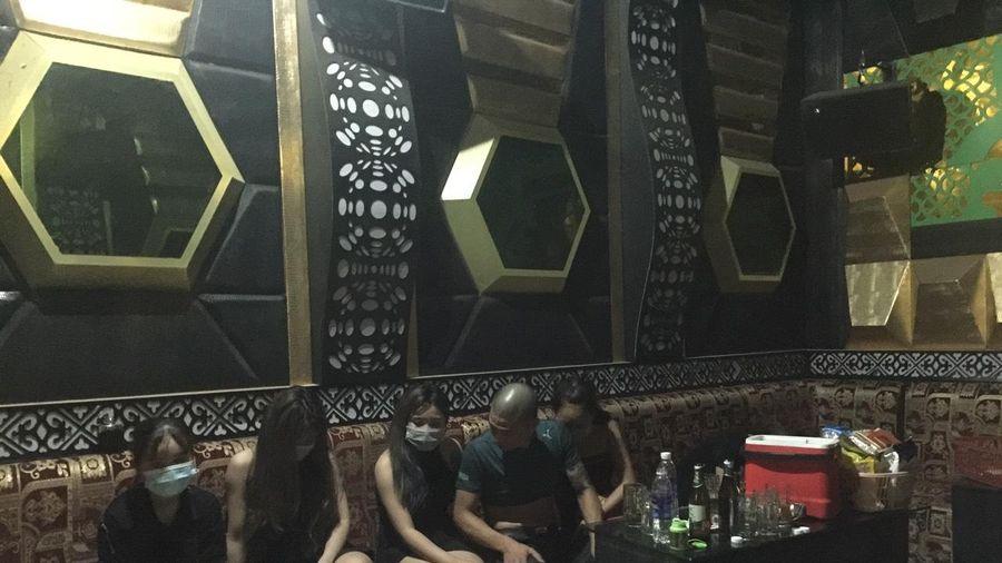 Phớt lờ lệnh cấm, 8 nam nữ rủ nhau sử dụng ma túy trong quán hát