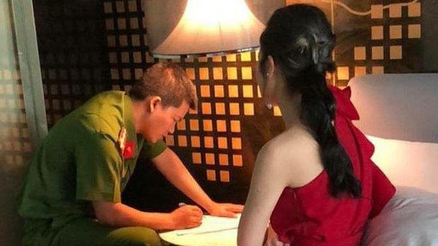 Bắt quả tang 'kiều nữ' đang 'tắm tiên' với khách trong quán massage VIP: 'Ông chủ' chỉ đạo đóng kín cửa