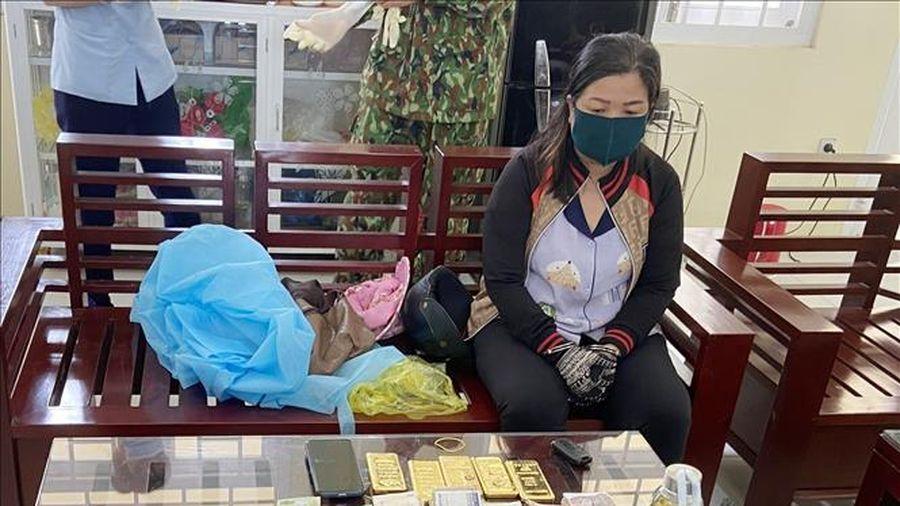 Phát hiện vụ vận chuyển trái phép 5kg kim loại nghi là vàng về Việt Nam