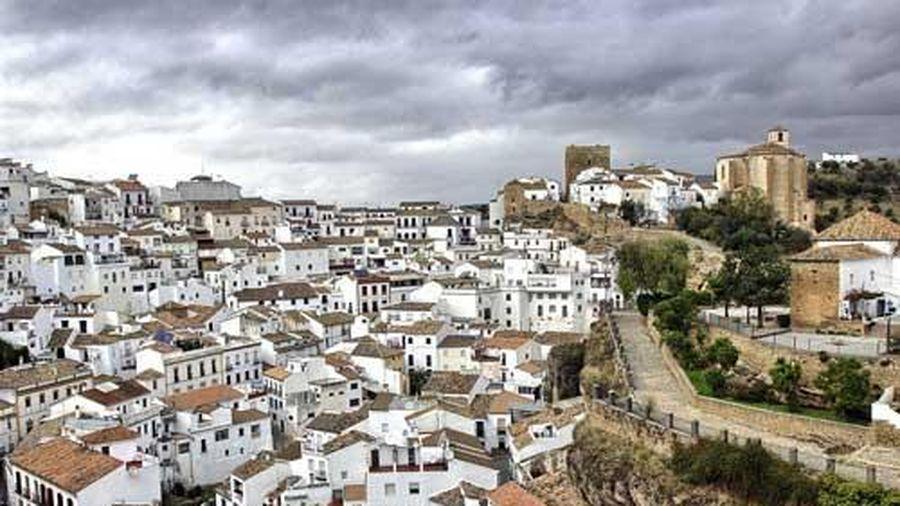 Lạc lối giữa ngôi làng trắng như cổ tích ở Tây Ban Nha