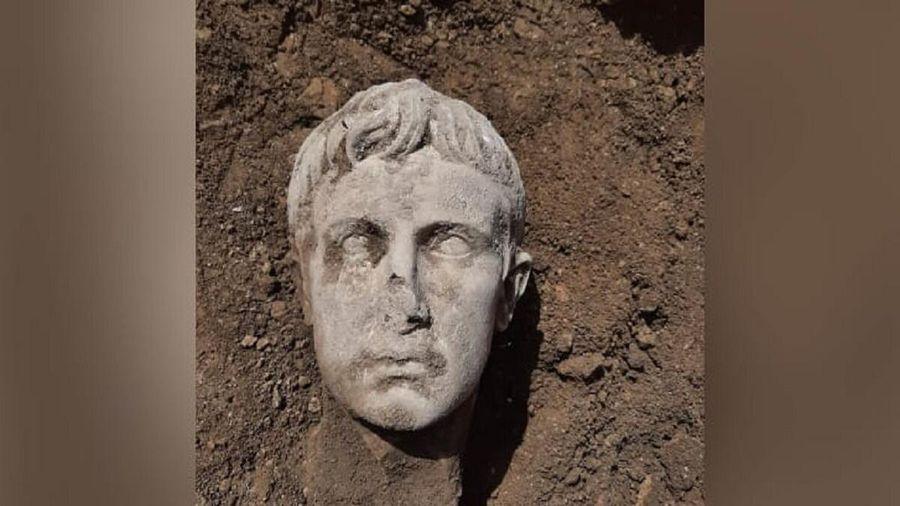 Đầu tượng bằng đá cẩm thạch 2.000 năm tuổi của vị hoàng đế La Mã đầu tiên được khai quật