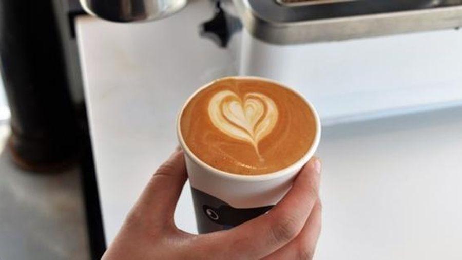 Anh nhân viên tặng ly café cho cô gái đang khóc, hành động tử tế này tạo nên điều bất ngờ