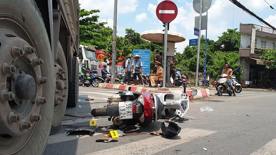 Xe máy va chạm xe ben: 2 người nhập viện