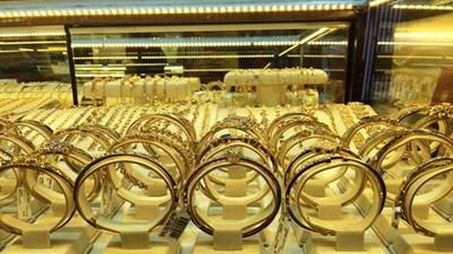Cuối tuần, giá vàng thế giới liên tục tăng cao