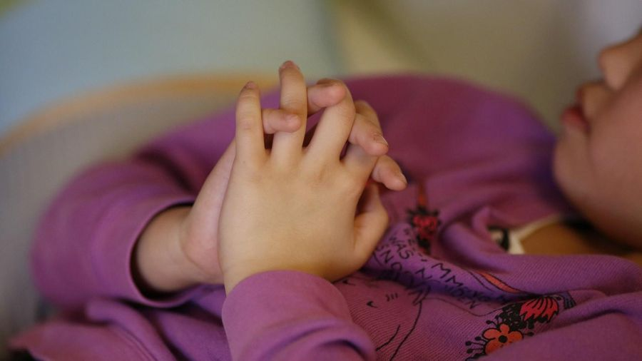 Người đàn ông Hàn bị nghi bạo hành con gái nuôi 2 tuổi