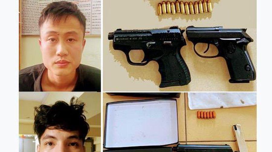Bắt giữ hai đối tượng mang ba khẩu súng và 18 viên đạn