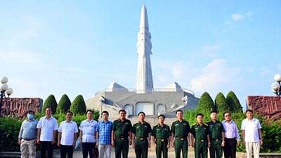 Thượng tướng Nguyễn Tân Cương dâng hương tại Khu Di tích lịch sử Địa đạo Tam giác sắt