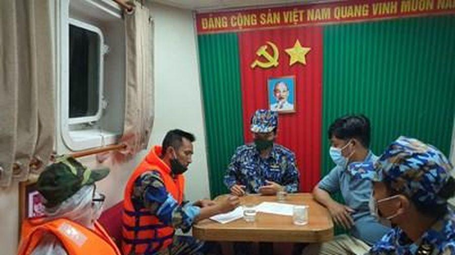 Vùng 5 Hải quân kịp thời đưa ngư dân bị viêm ruột thừa vào bờ cấp cứu