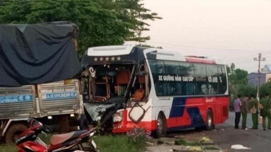 Xe khách va chạm xe tải, 1 người chết, nhiều người bị thương