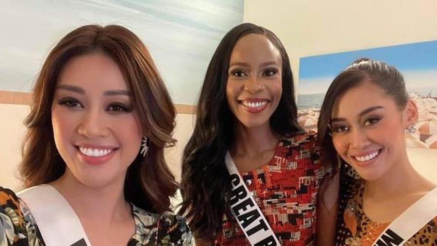 Khánh Vân tặng đồ bộ Việt Nam cho thí sinh Miss Universe