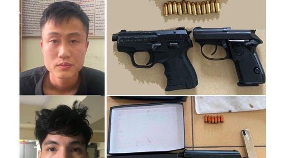 Tạm giữ hình sự 2 thanh niên dương tính với ma túy, mang ba khẩu súng