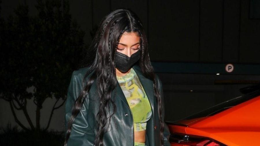 'Mẹ đơn thân' Kylie Jenner phối đồ gợi cảm đi chơi đêm cùng bạn bè