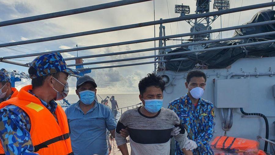 Vùng 5 Hải quân kịp thời điều tàu cấp cứu ngư dân nguy kịch trên biển