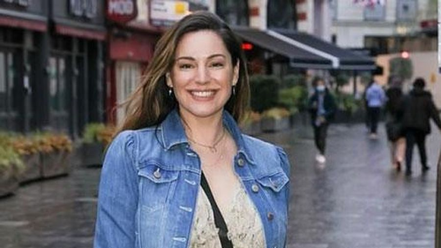Cựu người mẫu Kelly Brook điệu đà ra phố ở London