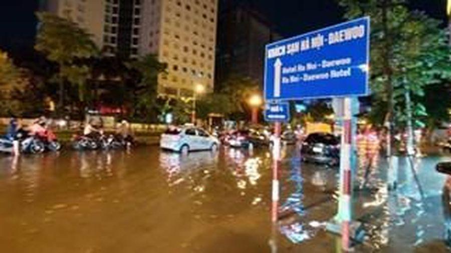 Tuyến phố Liễu Giai – Nguyễn Chí Thanh ngập cục bộ sau cơn mưa lớn