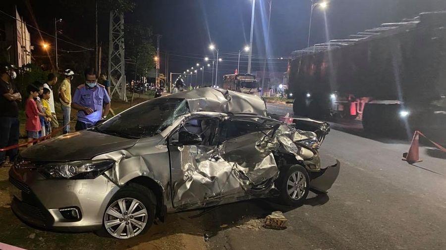 Đắk Lắk: Xe tải mất thắng tông nát xe con, một người tử vong