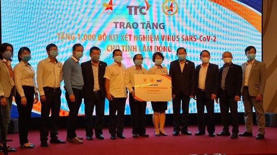 Hội Doanh nhân trẻ Việt Nam tặng 2.000 bộ kit xét nghiệm nhanh COVID-19