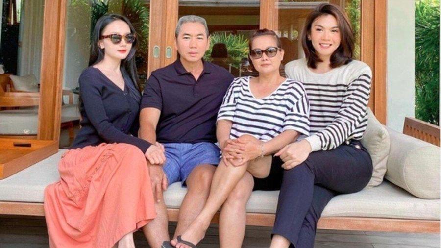 Đào Bá Lộc khoe ảnh chụp cùng gia đình và người yêu, fan trầm trồ: Nữ tính hơn mẹ và em gái