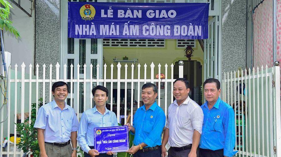 Liên đoàn Lao động tỉnh An Giang bàn giao nhà Mái ấm công đoàn cho đoàn viên khó khăn về nhà ở