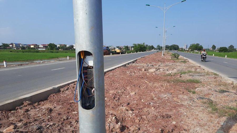 Nhiều cột đèn chiếu sáng ở TP Bắc Giang không có nắp đậy