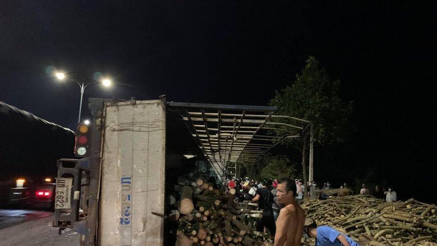 Xe tải biển số Lào chở gỗ củi tông chết một phụ nữ lái xe con